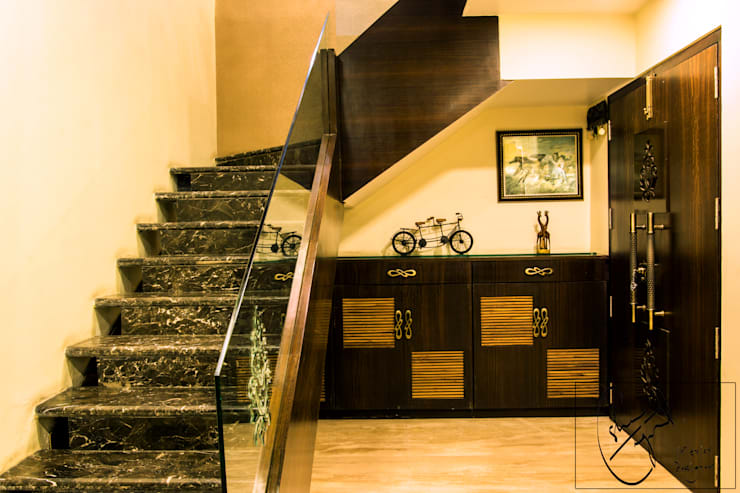 A Duplex Apartment, Raipur:  Corridor & hallway by ES Designs