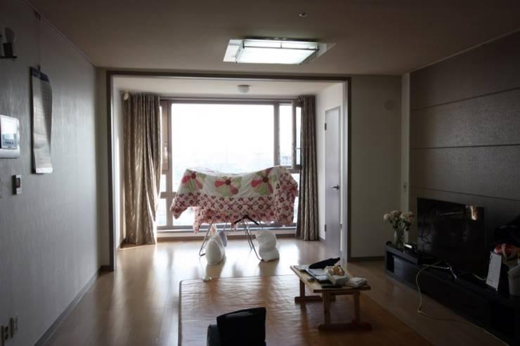[홈라떼]깔끔하고 모던한 26평 신혼집 홈스타일링: homelatte의  거실