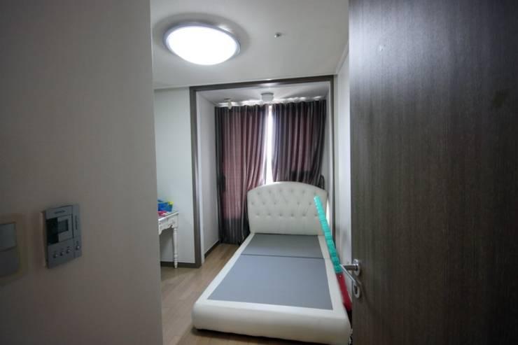 [홈라떼]깔끔하고 모던한 26평 신혼집 홈스타일링: homelatte의  침실