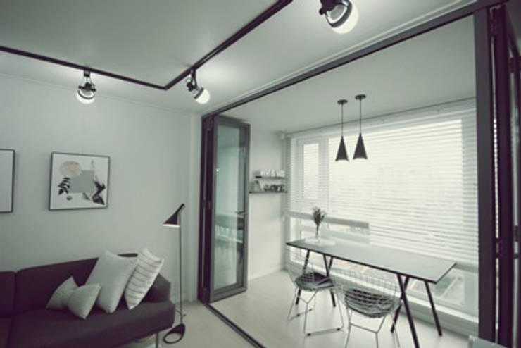 [홈라떼]깔끔하고 모던한 26평 신혼집 홈스타일링: homelatte의  베란다