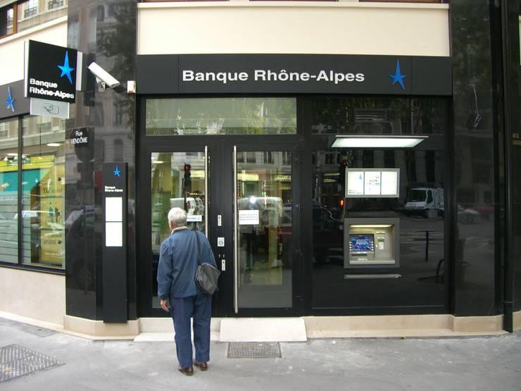 Entrée de la banque: Espaces commerciaux de style  par Pierre Bernard Création,