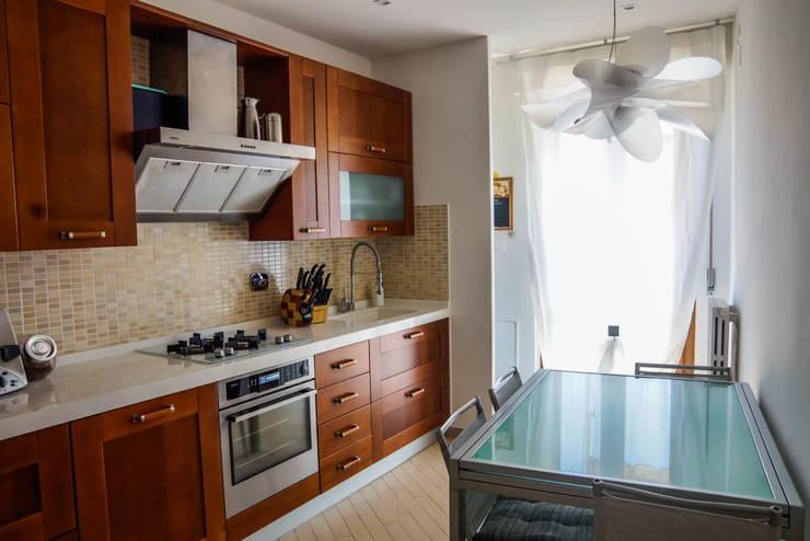 Minimal Living Vs. Liberty!: Cucina in stile  di LB Design e Allestimenti