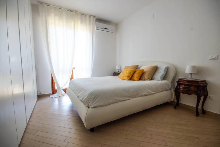 Minimal Living Vs. Liberty!: Camera da letto in stile  di LB Design e Allestimenti