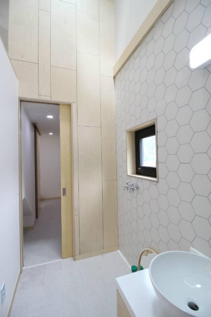 경기도 광주 퇴촌 전원주택: 봄 하우스플랜 의  욕실