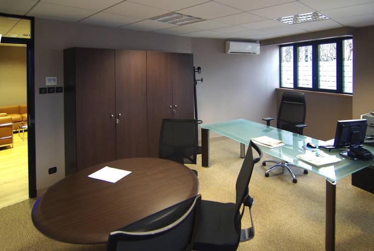 Bureau avec coin réunion: Bureaux de style  par Pierre Bernard Création,