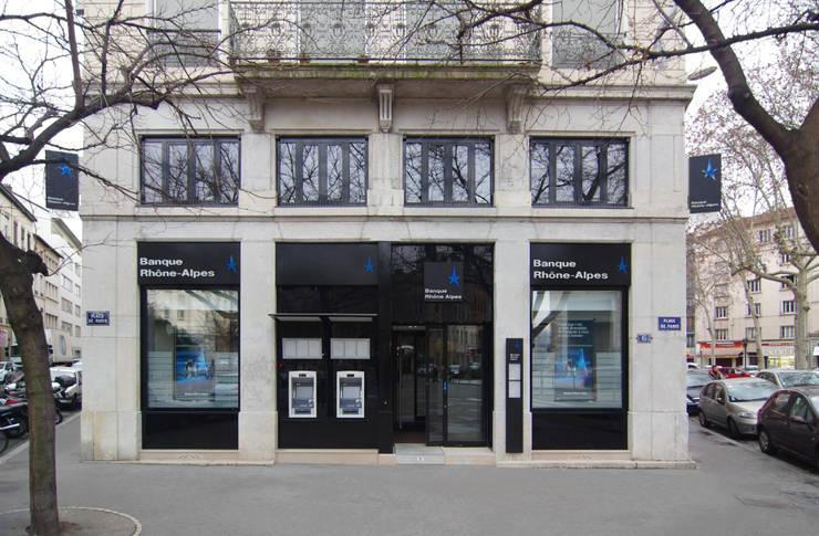 Façade de la banque: Locaux commerciaux & Magasins de style  par Pierre Bernard Création,