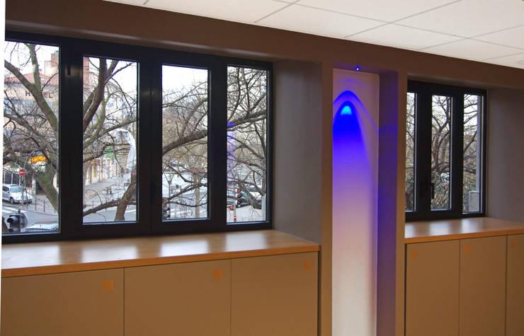 Fenêtres à l'etage : Fenêtres & Portes de style  par Pierre Bernard Création,