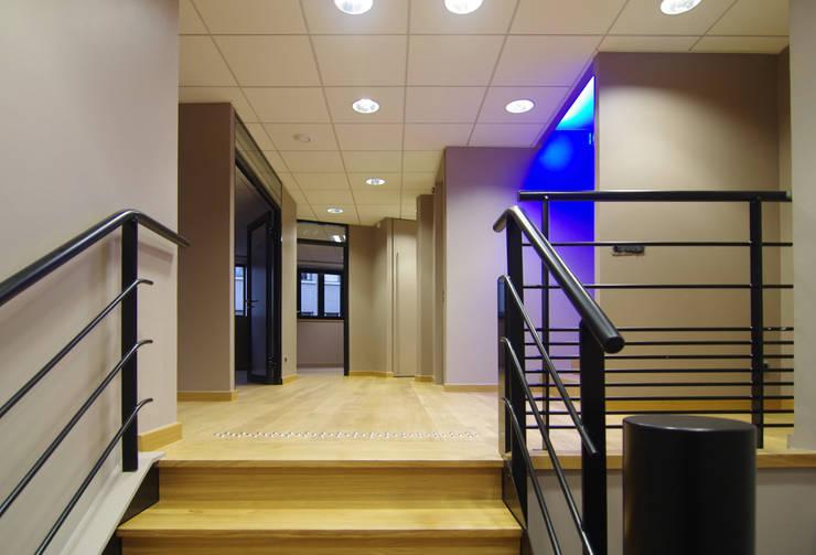 Couloir et escaliers bois: Couloir, entrée, escaliers de style  par Pierre Bernard Création,
