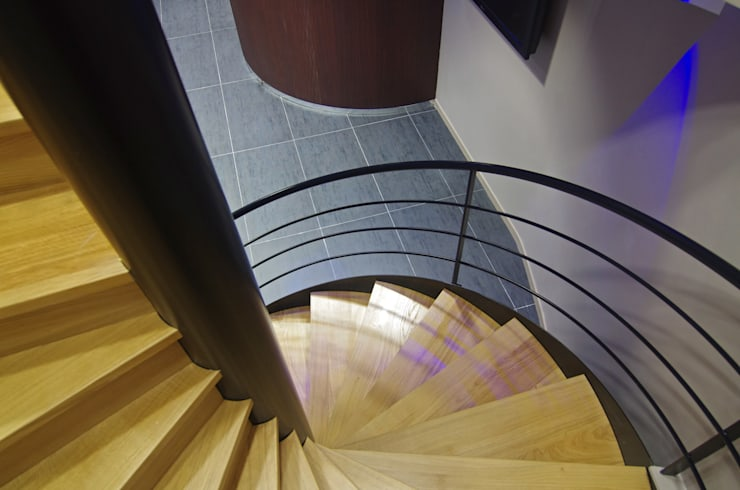 Escaliers en colimaçon bois: Couloir, entrée, escaliers de style  par Pierre Bernard Création,