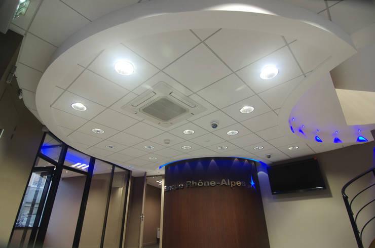 Plafond lumineux hall d'entrée: Couloir, entrée, escaliers de style  par Pierre Bernard Création,