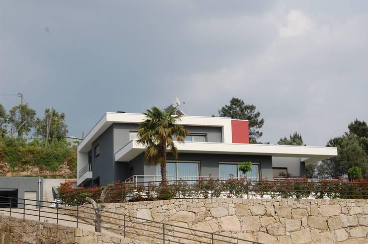 Moradia em Celorico de Basto:   por Engebasto - Atividades de Engenharia e Arquitetura, Lda