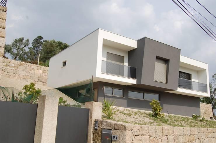 Moradia do Carril:   por Engebasto - Atividades de Engenharia e Arquitetura, Lda