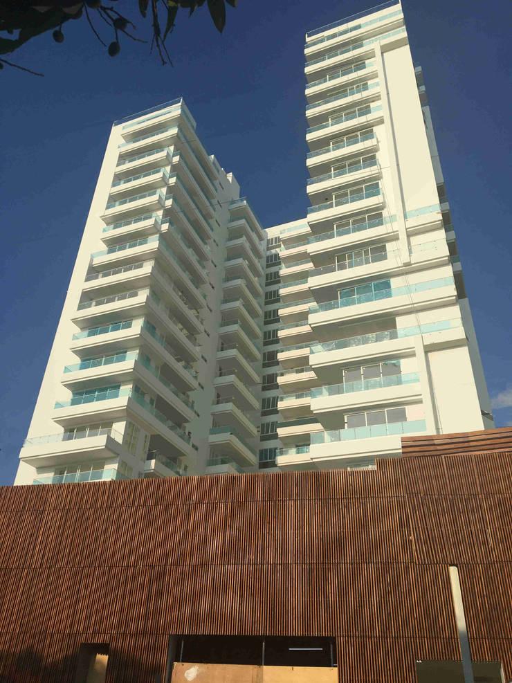 Fachada edificio QB: Casas de estilo  por AV arquitectos, Moderno Madera Acabado en madera