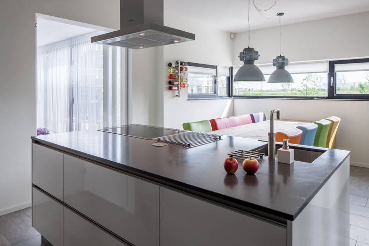 Villa Montfoort:  Keuken door Station-D Architects