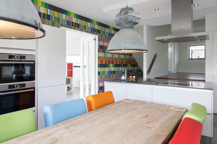 Villa Montfoort:  Keuken door Station-D Architects, Modern Graniet