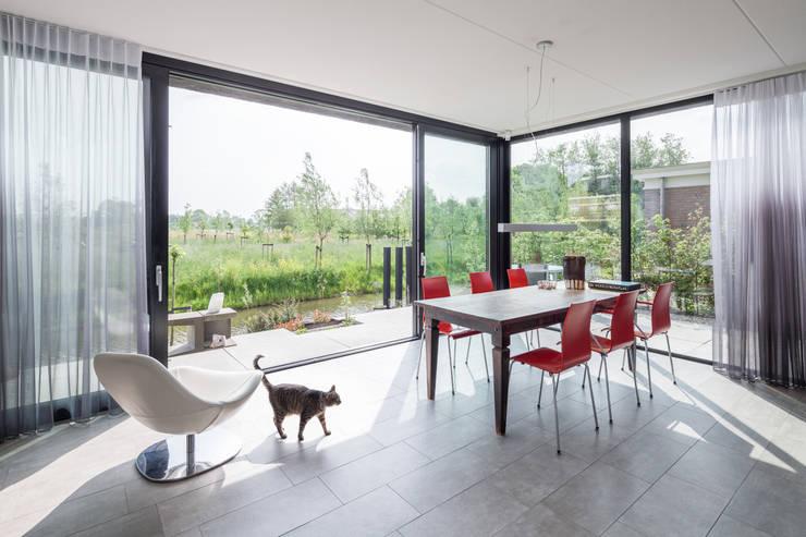 Villa Montfoort: minimalistische Woonkamer door Station-D Architects