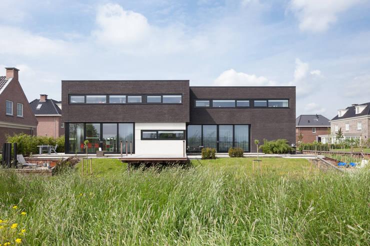 Villa Montfoort: moderne Huizen door Station-D Architects