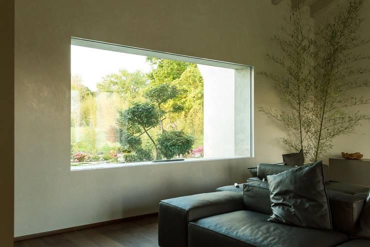 Living room by ALDENA, Modern