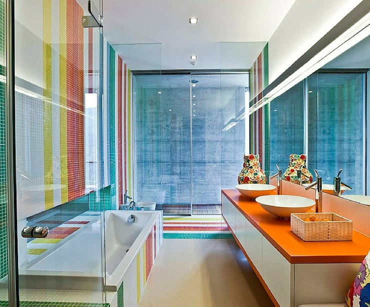 A cor.: Casas de banho  por Obr&Lar - Remodelação de Interiores