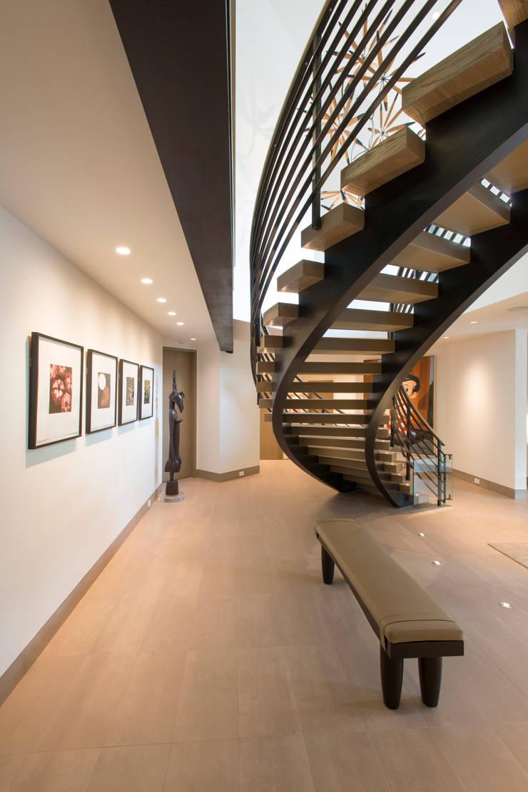 Buitengewone trap in prachtige woning in Aspen (Colorado):  Gang en hal door EeStairs   Stairs and balustrades
