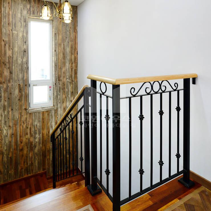 내려가는 계단: 코원하우스의  복도 & 현관