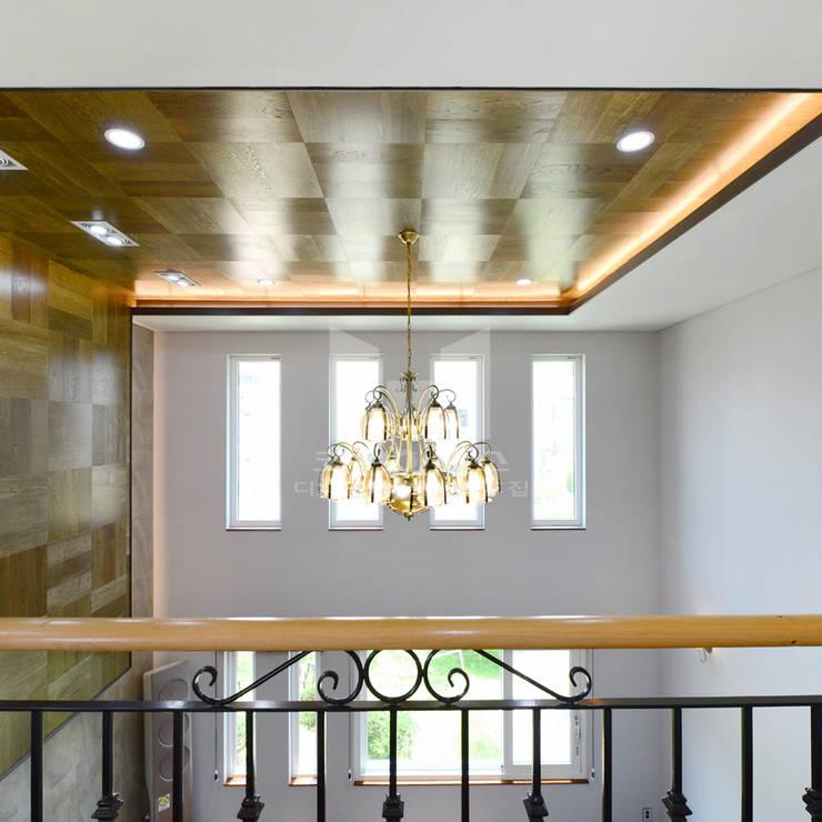 2층에서 보이는 1층 거실: 코원하우스의  복도 & 현관