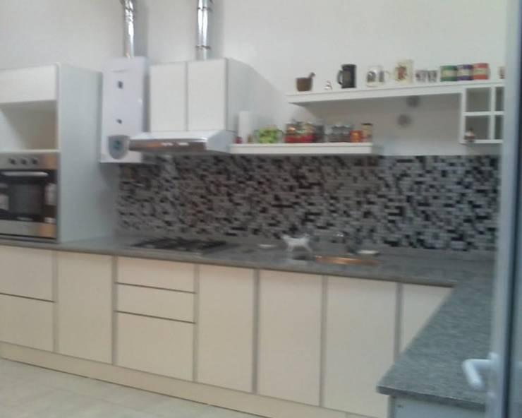 Amoblamientos  de cocina:  de estilo  por PLAQUEN AMOBLAMIENTOS,Moderno Tablero DM