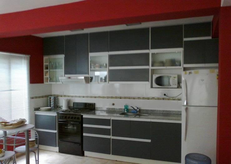 Amoblamientos  de cocina: Cocinas de estilo  por PLAQUEN AMOBLAMIENTOS
