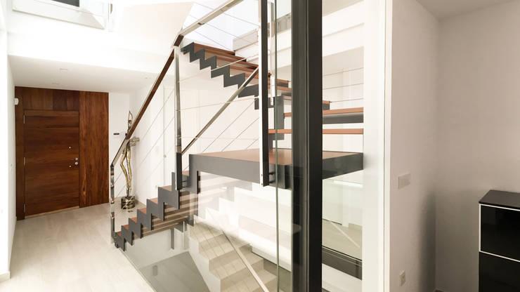 Pasillos y vestíbulos de estilo  por arqubo arquitectos