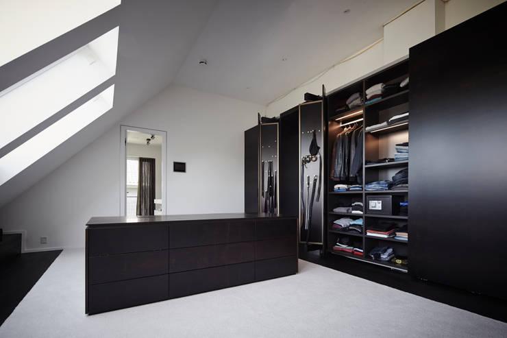 Vestidores y closets de estilo  por Bauer Schranksysteme GmbH