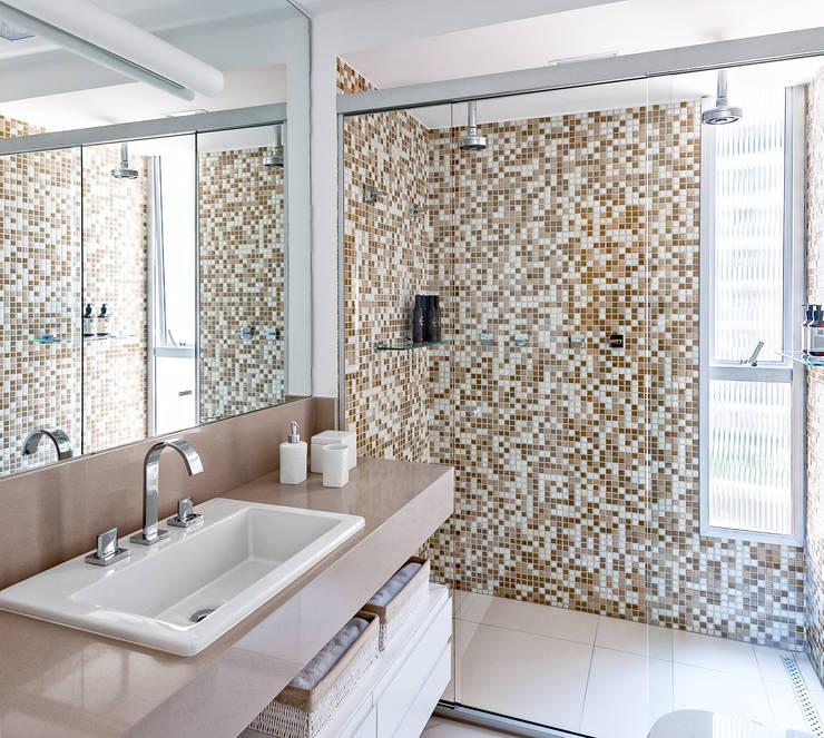 Baños de estilo  por Ambienta Arquitetura