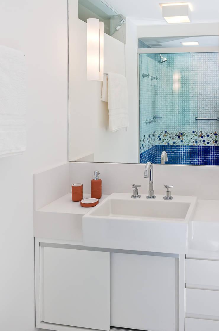 Salle de bain moderne par Ambienta Arquitetura Moderne