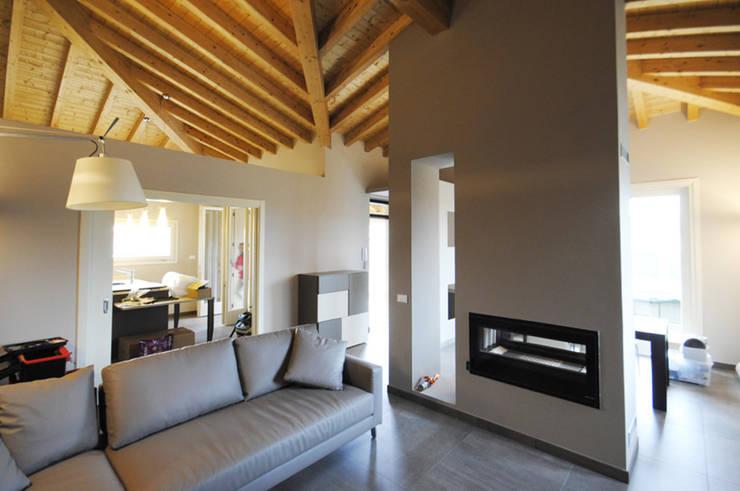 MCArc Nuova costruzione Villa BZ Interior Design: Soggiorno in stile  di MCArc Laboratorio di architettura sostenibile