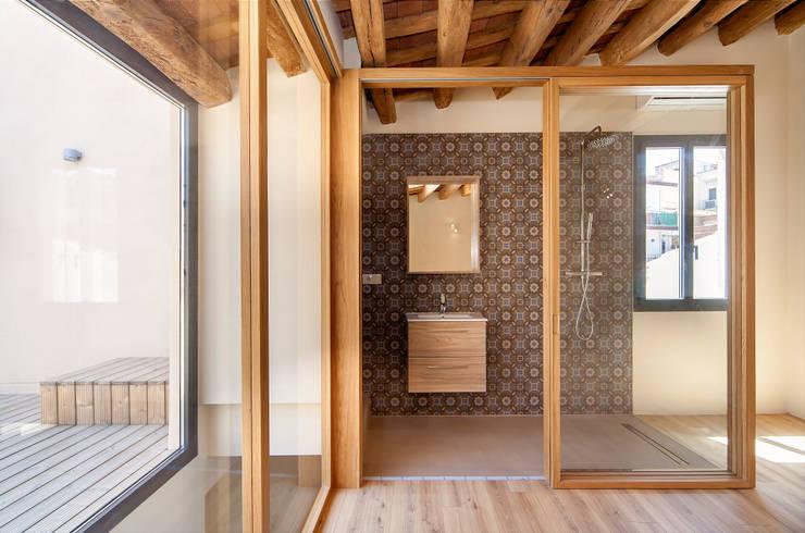 Bathroom by Lara Pujol  |  Interiorismo & Proyectos de diseño
