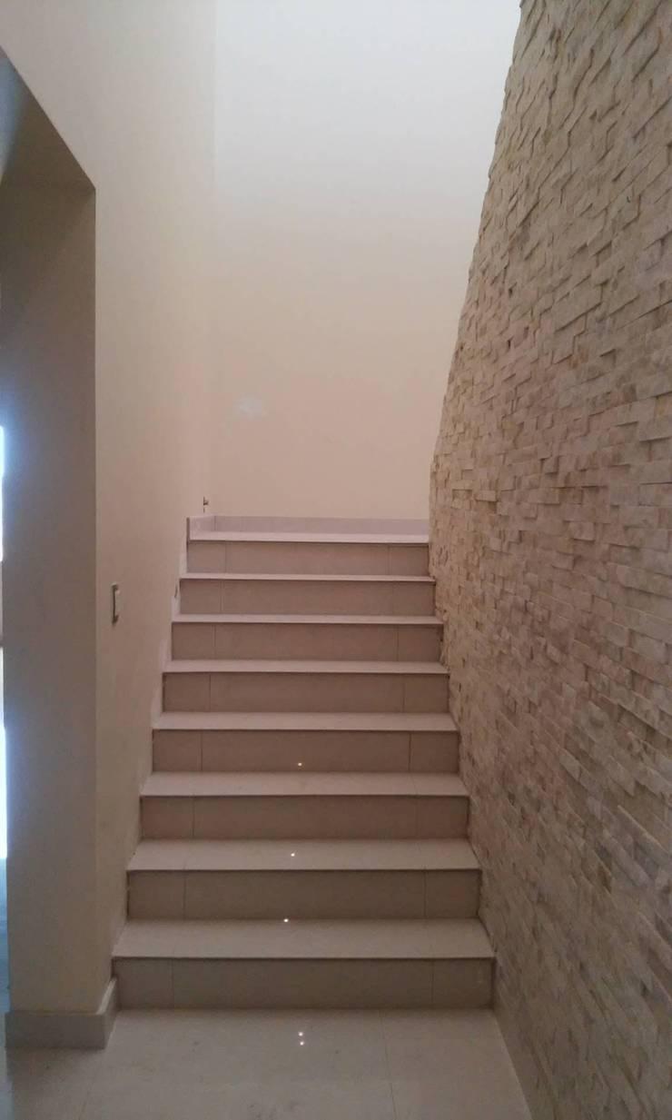 Acabados en Muro y Escaleras: Pasillos y recibidores de estilo  por DIIA