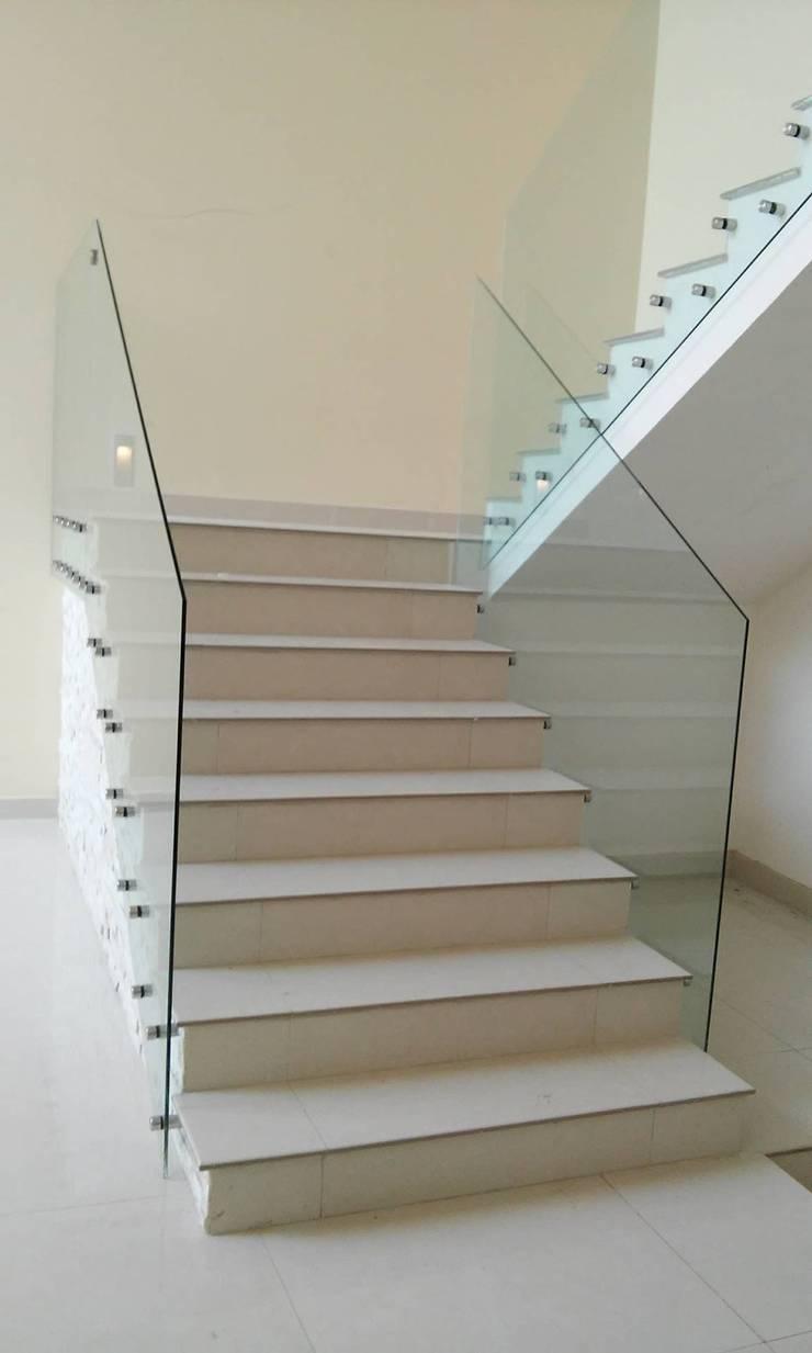 Escalera Doble Altura: Pasillos y recibidores de estilo  por DIIA