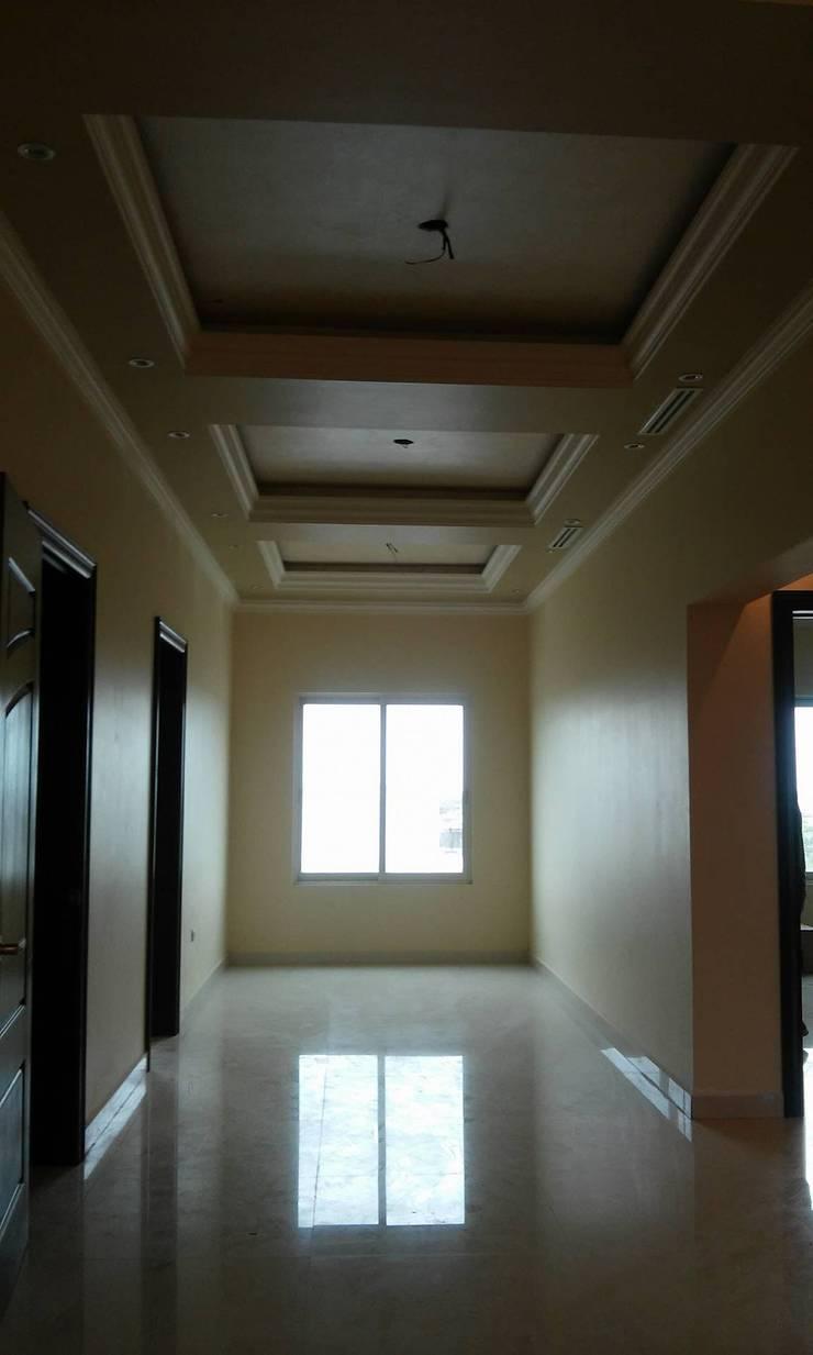 Residencia C&C: Pasillos y recibidores de estilo  por DIIA