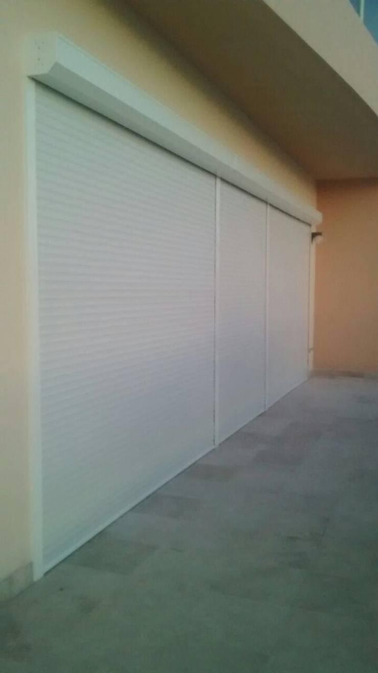 PERSIANA EUROPEA PARA PROTEGER DEL SOL TUS SALAS, HABITACIONES, ESTANCIAS, ETC.: Puertas y ventanas de estilo  por GAVIOTA MEXICO