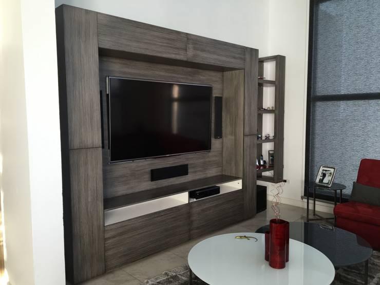 CENTRO DE TV: Salas multimedia de estilo  por ENSAMBLE STUDIO