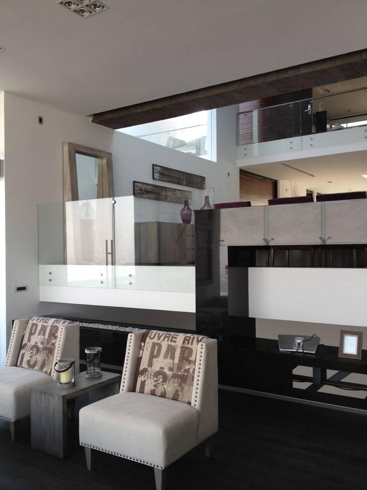 COMPLEMENTOS DE SALA: Salas de estilo  por ENSAMBLE STUDIO