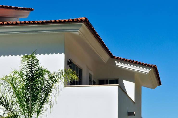 terraza  de recamara: Terrazas de estilo  por Excelencia en Diseño