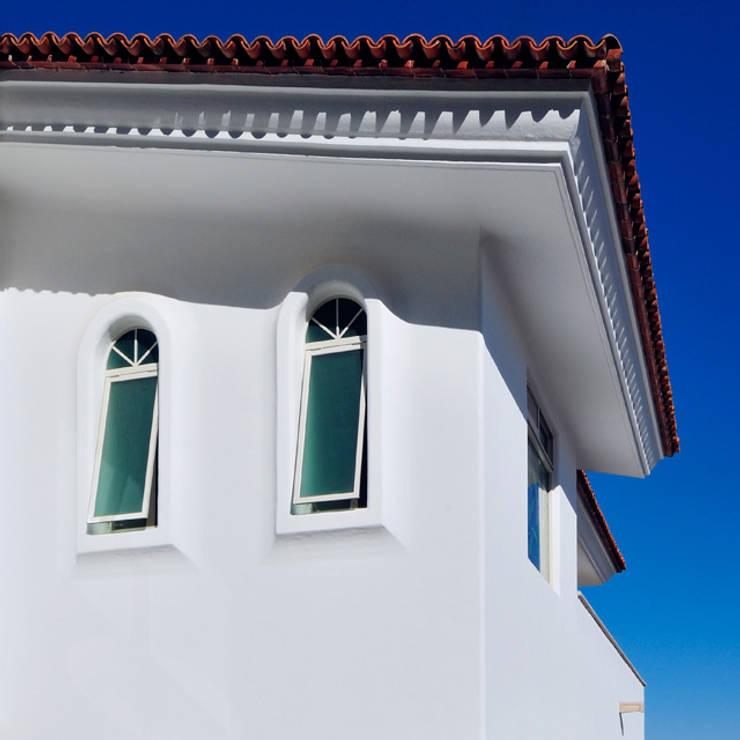 fachada exterior con detalle de ventanas: Casas de estilo  por Excelencia en Diseño