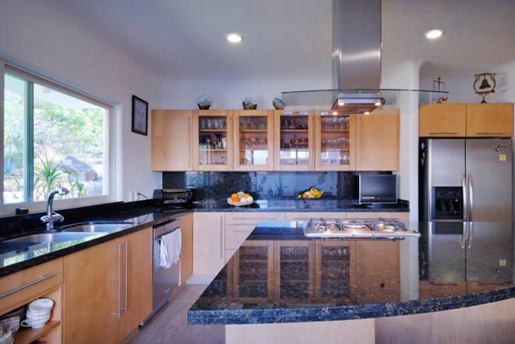 la cocina: Cocinas de estilo  por Excelencia en Diseño