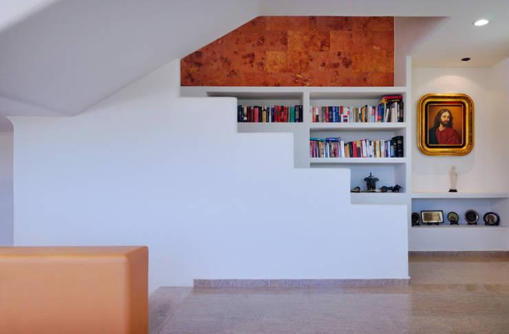 escalera interior: Pasillos y recibidores de estilo  por Excelencia en Diseño