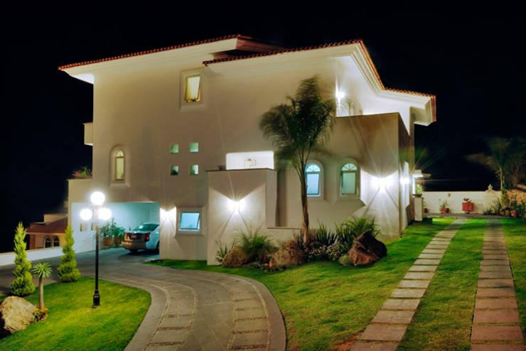 fachada nocturna: Casas de estilo  por Excelencia en Diseño