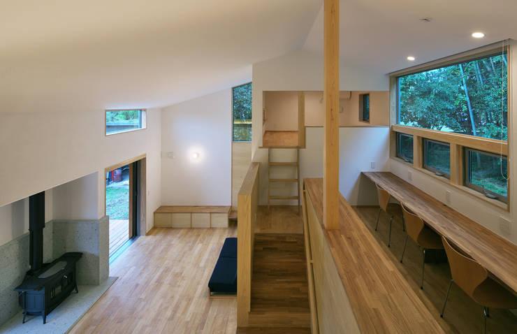 スキップフロアで繋がる家: かんばら設計室が手掛けたリビングです。