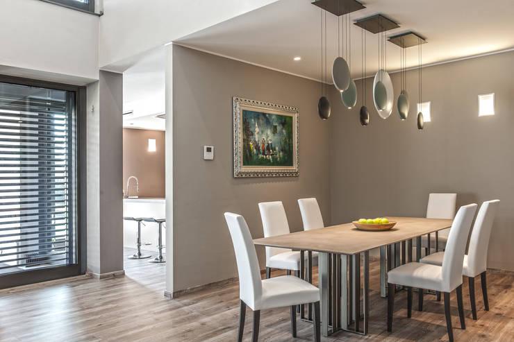 Progettazione e realizzazione villa moderna: Sala da pranzo in stile  di Arch. Paolo Bussi