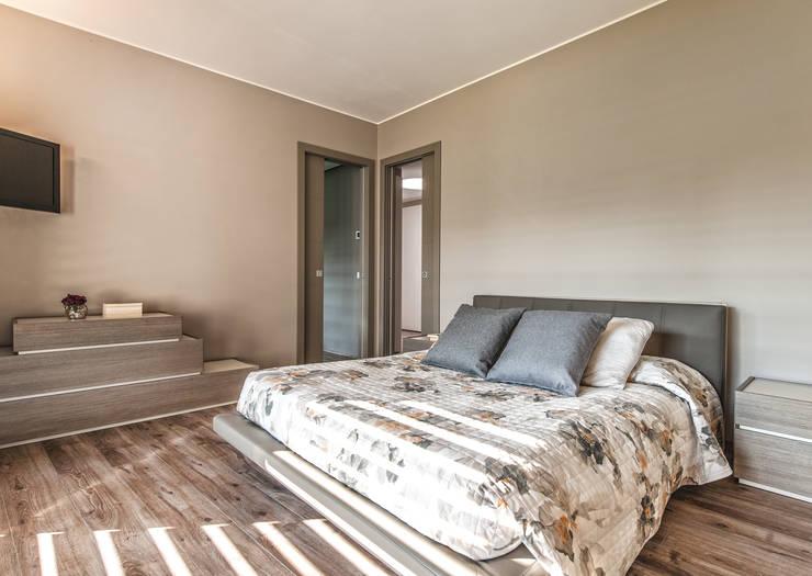 Progettazione e realizzazione villa moderna: Camera da letto in stile  di Arch. Paolo Bussi