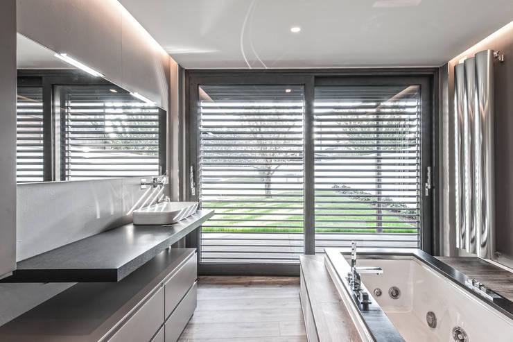Progettazione e realizzazione villa moderna: Bagno in stile  di Arch. Paolo Bussi
