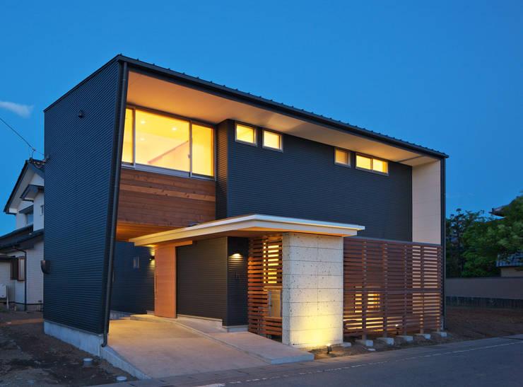 Casas de estilo ecléctico de かんばら設計室 Ecléctico Piedra